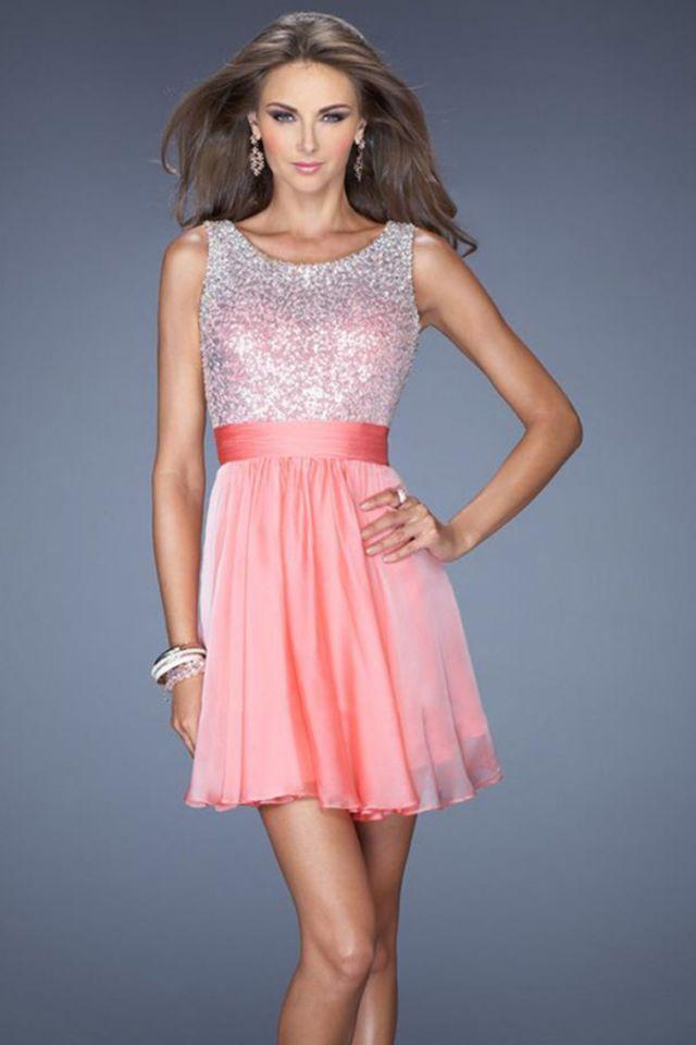 Кокетливое короткое вечернее платье.